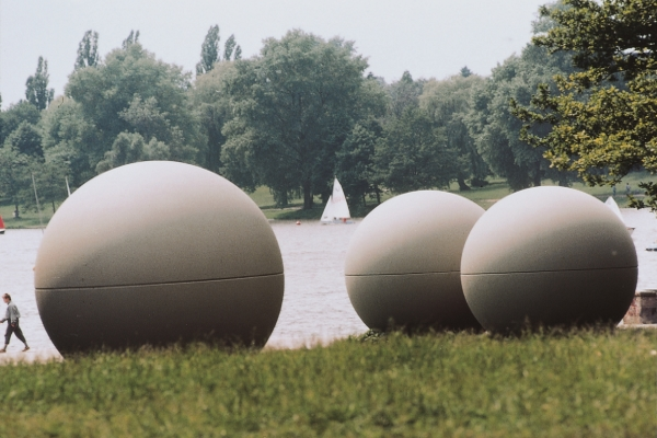 Skulpturprojekte in Münster: Hier die Giant Pool Balls am Aasee