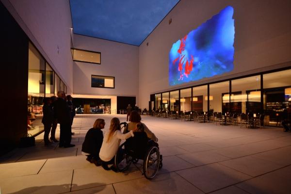 """Pipilotti Rist """"Münsteranerin"""" 2014, Videoprojektion für den Patio des LWL- Museums für Kunst und Kultur."""